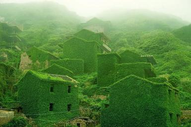 Un village de pêcheur abandonné est avalé par la nature