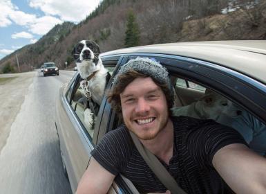 Cet homme est le roi des selfies avec les animaux…