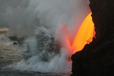 Un tunnel de lave qui coule dans l'océan (Vraiment impressionnant)